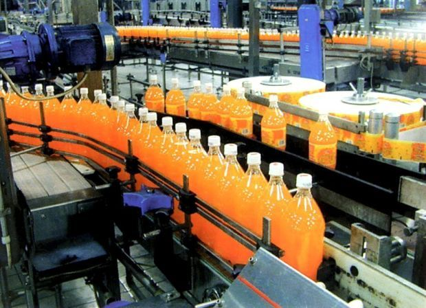 F&N bottles and cans are filled automatically and sealed at high speed so as to retain the correct amount of carbon dioxide and to assure the cleanliness of the drink
