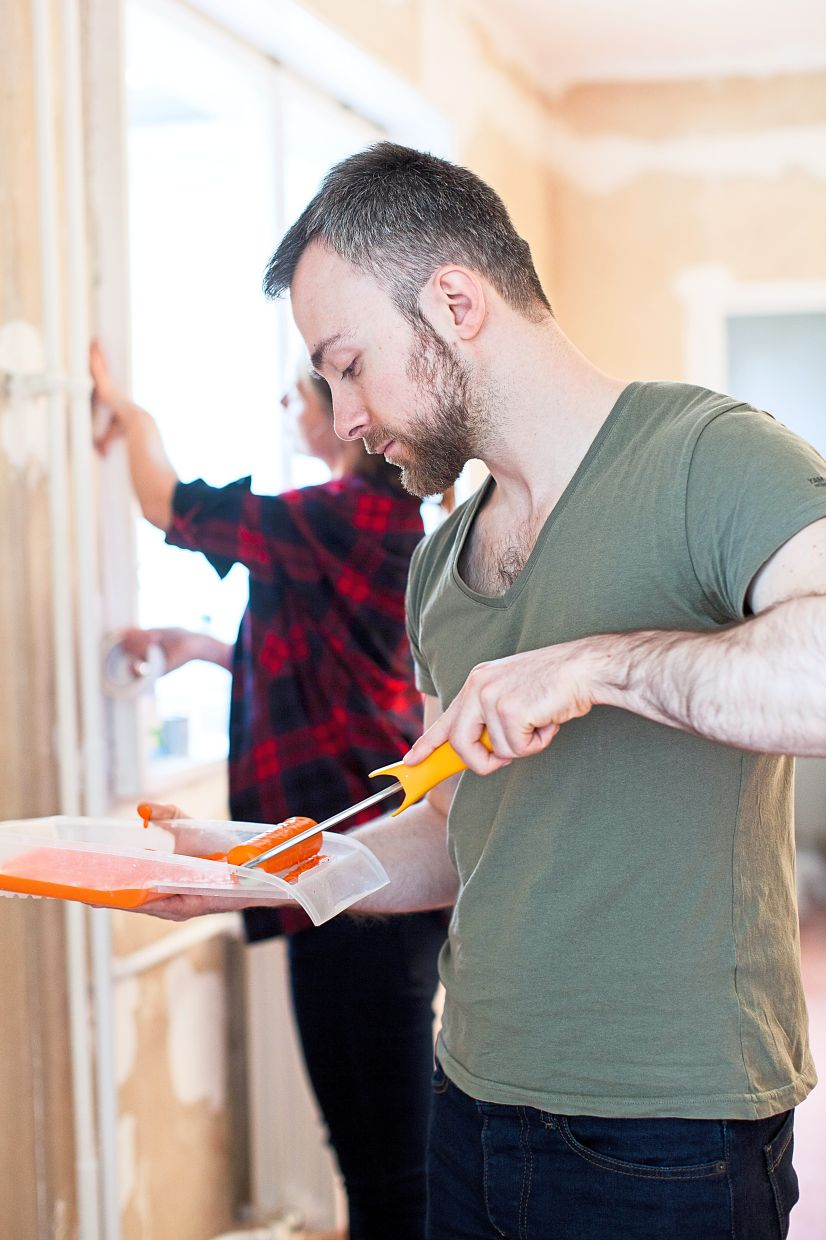 In most cases, painting is cheaper than wallpapering – and easier to do. Photo: Christin Klose/dpa