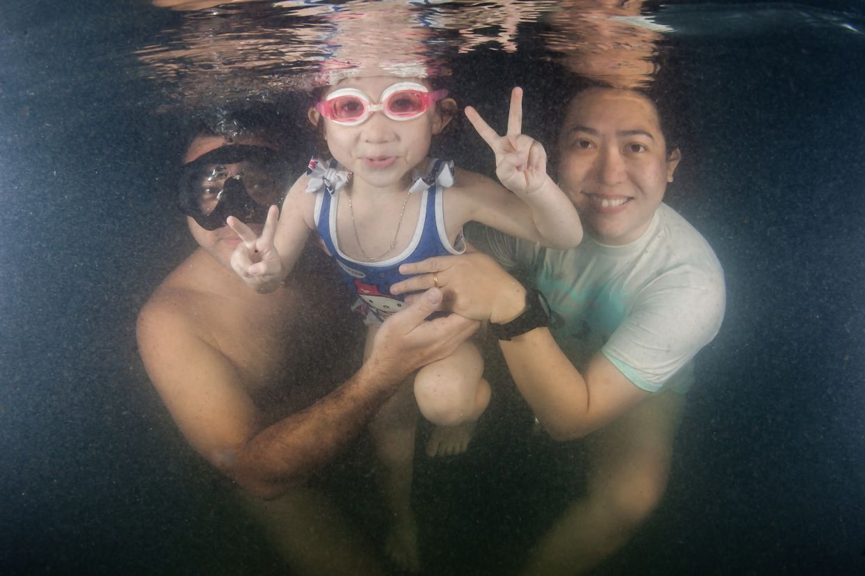 Lau, a diving enthusiast, with her family in an underwater portrait. Photo: Asther Lau