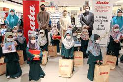 Underprivileged children happy to pick their own shoes for Raya
