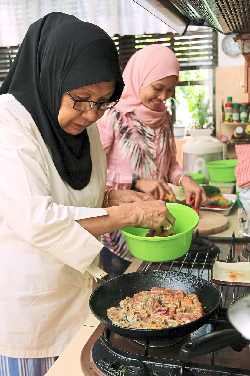 In the past, mothers were often the ones tasked with cooking all the family meals, but these days, spouses often pitch in as well. — Filepic