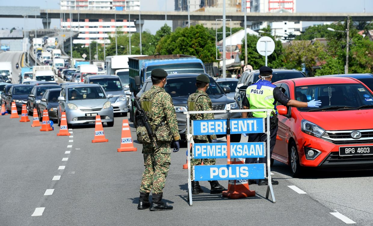 Police roadblocks to enforce the inter-state and inter-district travel bands during the MCO. Photo: The Star/Azhar Mahfof
