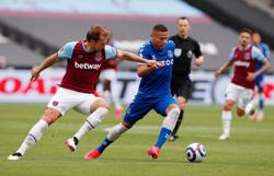 Soccer-West Ham top-four hopes dented by loss to Everton
