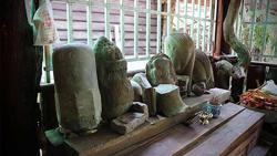 Cambodian monks hand over six artefacts