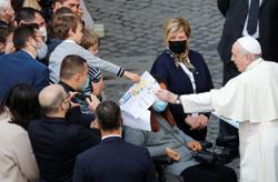 Pope face-to-face with the faithful again as COVID declines in Italy