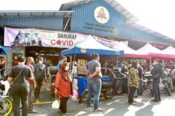Contrast in Raya eve shopping movement