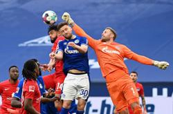 Soccer-Hertha beat Schalke 2-1 to dig themselves out of trouble