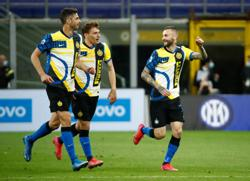 Soccer-Champions Inter see off Roma to stretch unbeaten run