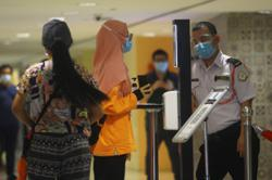 Malls reopen, shoppers return for last-minute shopping during Raya