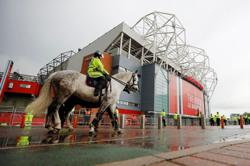 Soccer-Liverpool arrive at Old Trafford amid fan protest ahead of Man United clash