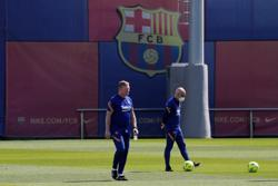 Soccer-Barcelona coach Koeman feels unfairly treated but wants to stay