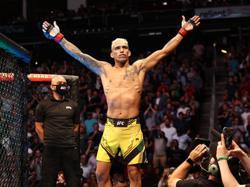 Oliveria KOs Chandler to claim UFC lightweight crown