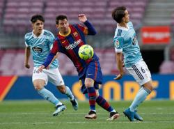 Soccer-Barca title hopes ended by Celta defeat