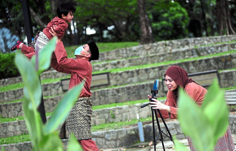 Some families headed to Taman Tasik Shah Alam during Hari Raya Aidifitri to take photographs. — Bernama
