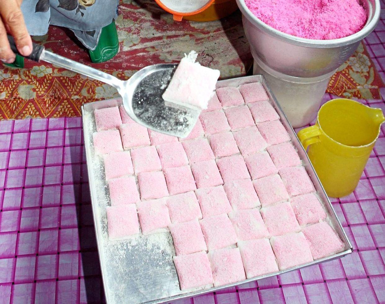 Kuih bunga pudak is a traditional Hari Raya delicacy from Kedah. — Filepic