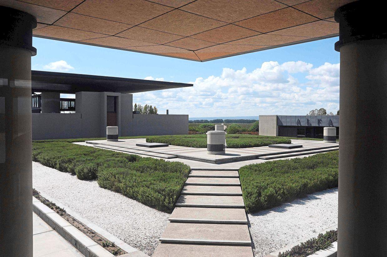 Alpha Crux, una fábrica de vino en el Valle Yugo del Departamento de San Carlos en Mendoza, Argentina, fue diseñada por Formida & Johnson Studios, con sede en Mendoza.