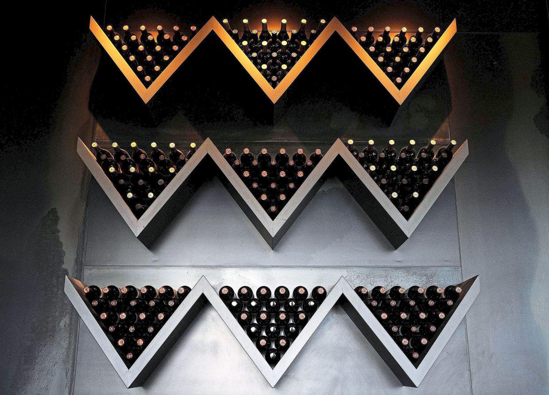 Detalles de las botellas en exhibición en el restaurante Chalandine's, una fábrica de vinos en el Valle Yugo del Departamento de Tupungado en Mendoza.