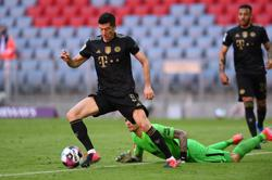 Soccer-Lewandowski breaks Mueller's 49-year scoring record on final day