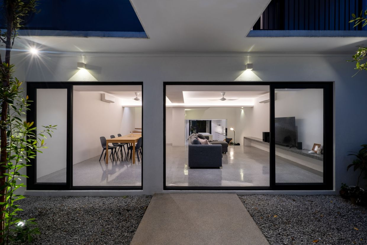 A network of sliding glass doors divides the interior of the house and its exterior garden courtyard.