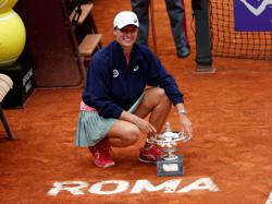 Favourite Swiatek faces Barty challenge in Roland Garros defence