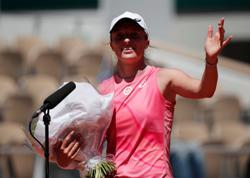 Tennis-Birthday girl Swiatek launches title defence with win over 'best friend'