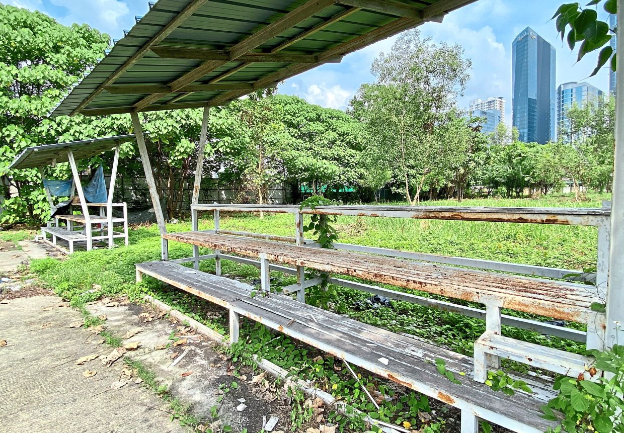 A spectators bench at the Cruyff Court is falling apart from neglect.