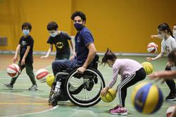 Para athlete teaches dribbling and diversity to Italian kids