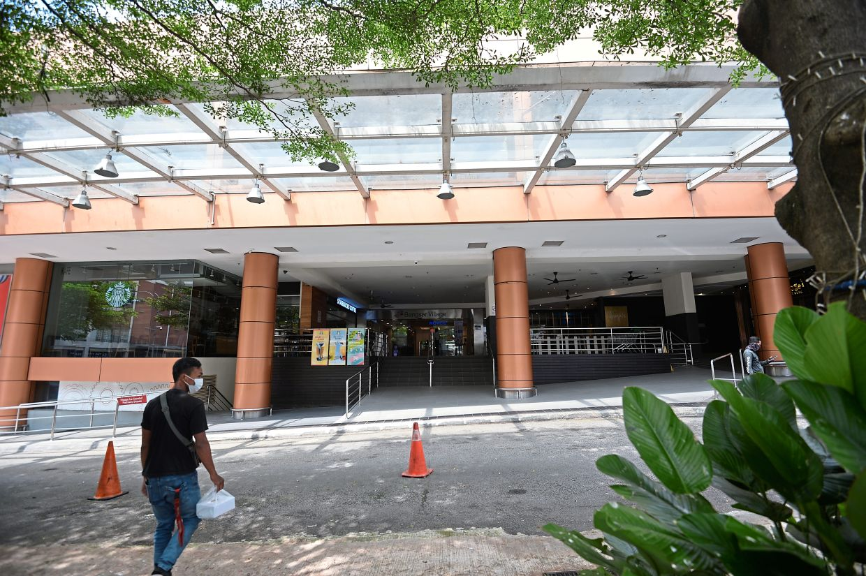 Bangsar Village 2 management has offered to use a vacant lot on its third floor as  a vaccination  centre not only for mall staff but also for workers in the Telawi  commercial area.