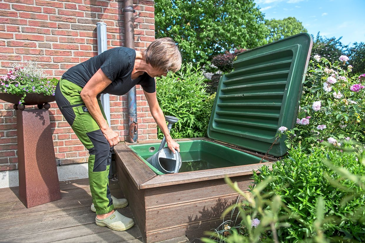 If you collect rainwater, you can water your garden with it - but it is important to have a lid for the water reservoir. Photo: Benjamin Nolte/dpa
