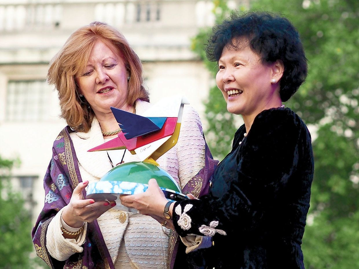 A 2013 photo of MATRADE CEO Datuk Dr Wong Lai Sum (right) presenting the 'Salam - London' sculpture made by Ch'ng to deputy mayor of London Victoria Borwick.