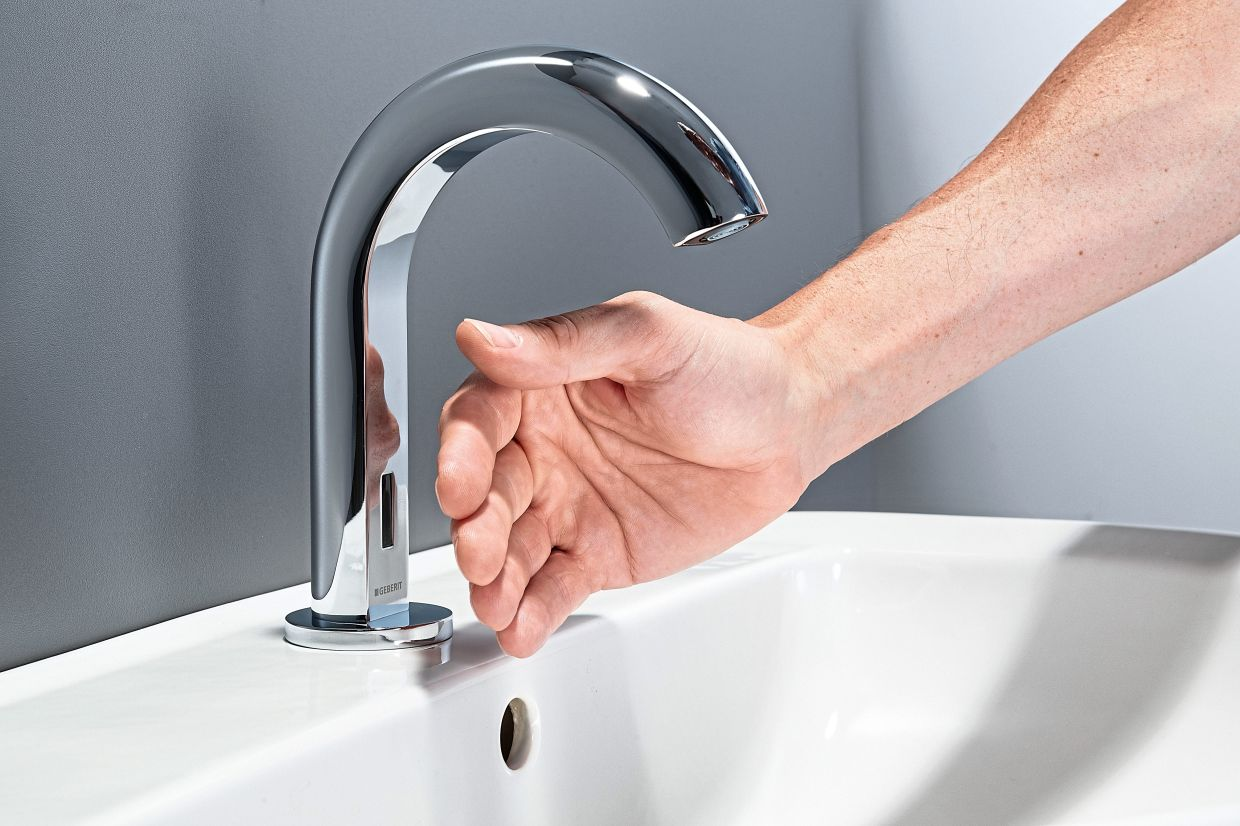 Geberit separates the electronics from the fitting, for example in the Piave tap, making things look a little more simple. Photo: Geberit/dpa