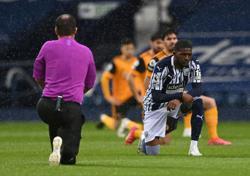Soccer-Most European fans back players kneeling against racism
