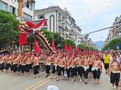 2, 000 men lift world's longest dragon boat