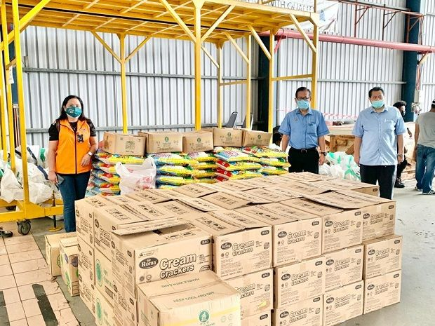 Miri divisional disaster management committee minister in charge Datuk Lee Kim Shin (second right) inspecting the food supplies to be sent to Long Lamai on June 6.