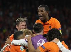 Soccer-Late Dumfries header secures Dutch win after Ukraine fightback