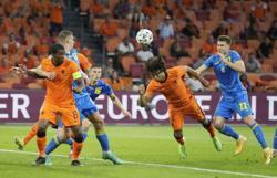 Soccer-Ake hails fighting spirit as Dutch claw back win