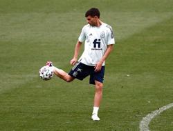 Soccer-Teenager Pedri starts for Spain