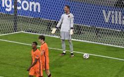 Soccer-Dutch keeper Stekelenburg continues fairytale comeback