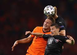 Soccer-Dutch delight as victory over Austria seals group top spot