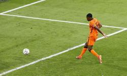 Analysis-Soccer-Dumfries the main man as Dutch start to think big