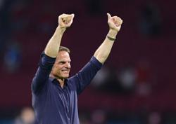 Soccer-Dutch can improve further despite easing into second round, says De Boer
