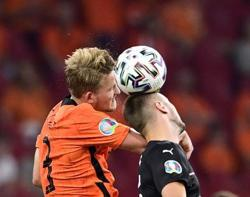 Soccer-Criticism makes Dutch players sharper as pundits weigh in