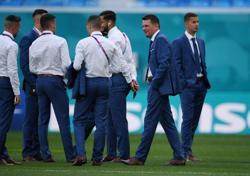 Soccer-Hrosovsky, Koscelnik in for Slovakia against unchanged Sweden