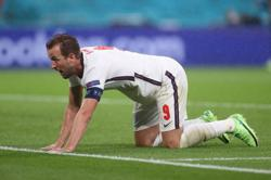 Analysis-Soccer-Toiling Kane not leading England by example