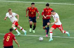 Soccer-Wasteful Spain held by Poland, face crunch final group game
