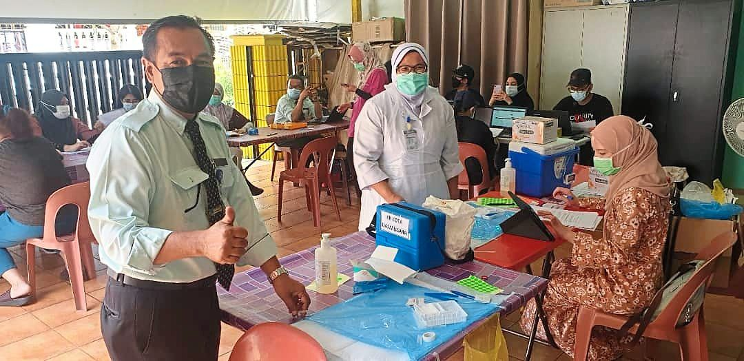 Health officers carrying out Covid-19 vaccination at the Wan Hing Care Centre in Seri Kembangan.