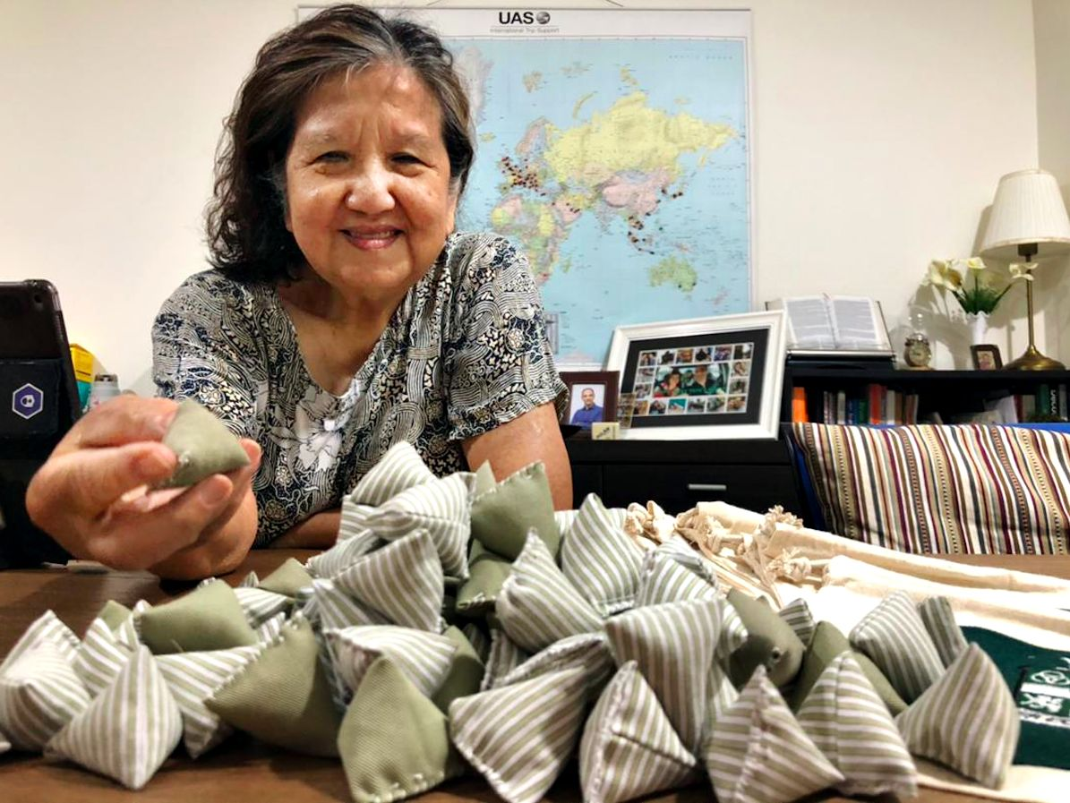 Grandma Lee single-handedly sewed 200 five-stones and drawstring bags. Photo: KitaKitar