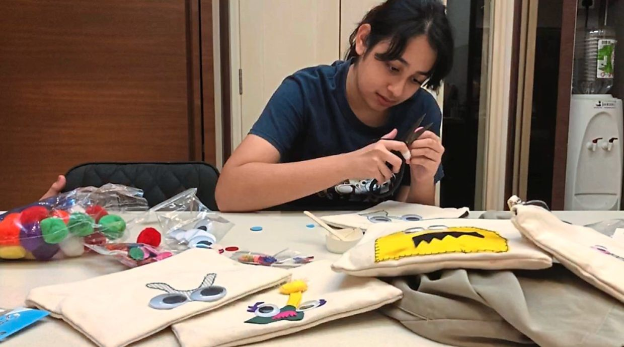 Highschoolers helping to sew gifts for donors. Photo: KitaKitar