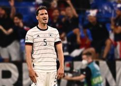 Soccer-Germany's Hummels, Gundogan back in training, Mueller jogs alone