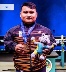 King congratulates Bonnie for breaking powerlifting record